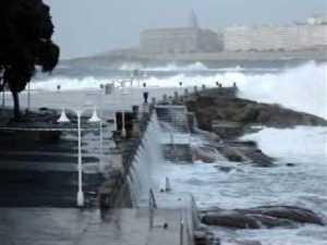 Un hombre fallece en Burela a causa del temporal y desaparece otro que salió a faenar en A Coruña