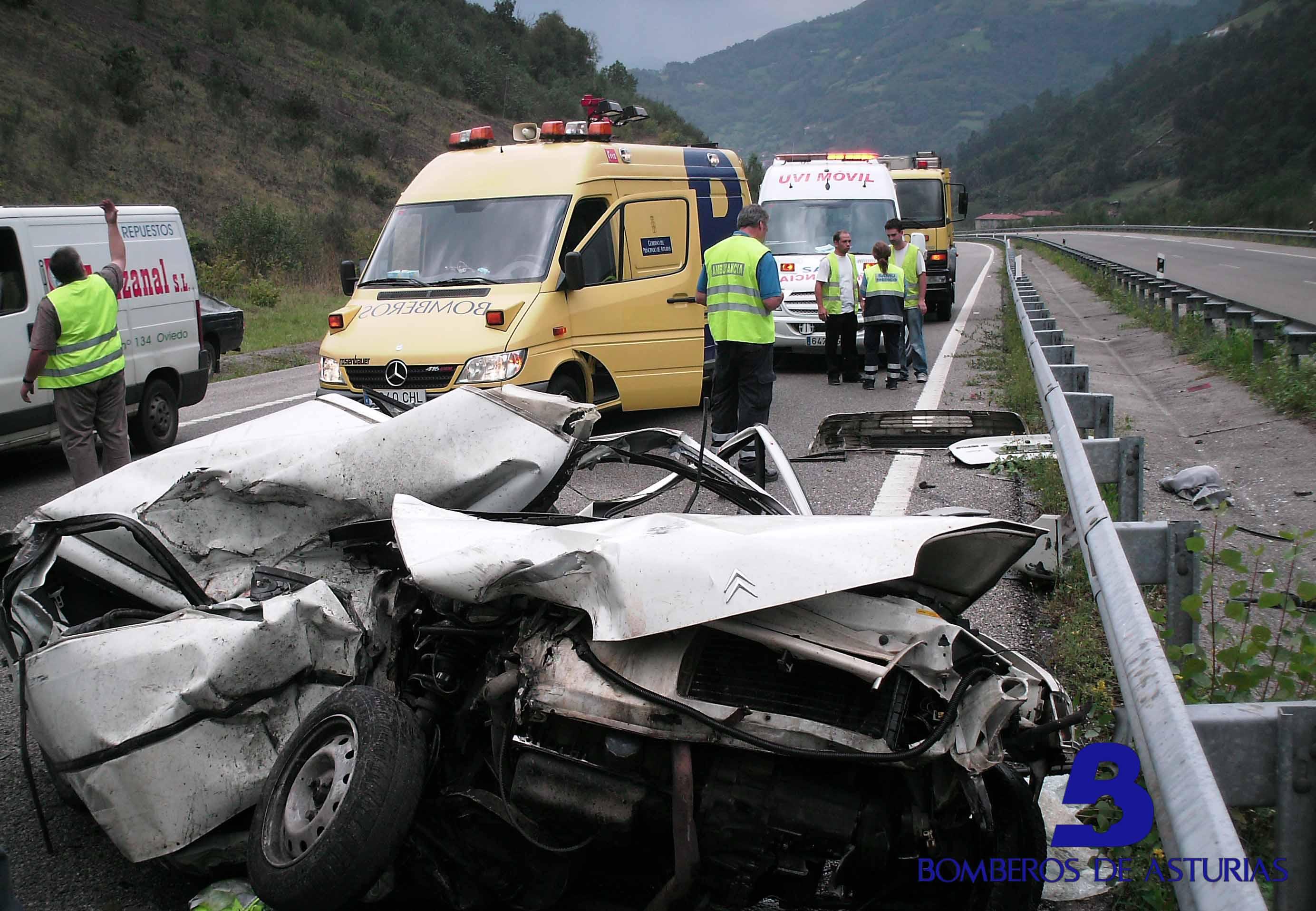 Tres heridos en un accidente en el que colisionaron dos turismos y ...