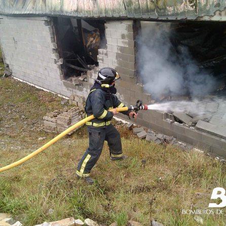 Incendio industrial en Abres 3