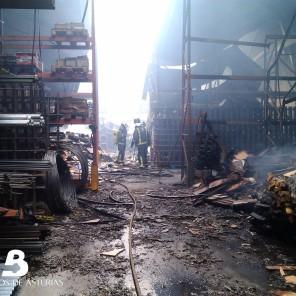 Incendio industrial en Abres 4