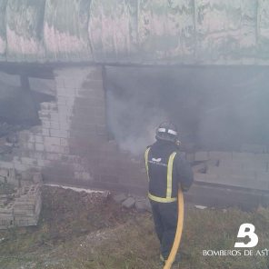 Incendio industrial en Abres 5