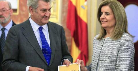La ministra de Empleo y Seguridad Social, Fátima Báñez, entrega al presidente del Congreso de los Diputados, Jesús Posada, el Informe Anual del Fondo de Reserva de la Seguridad Social. - EFE