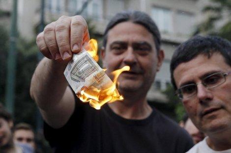 griegos-queman-un-billete