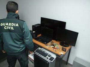 Guardia-civl-con-objetos-sustraídos-300x224