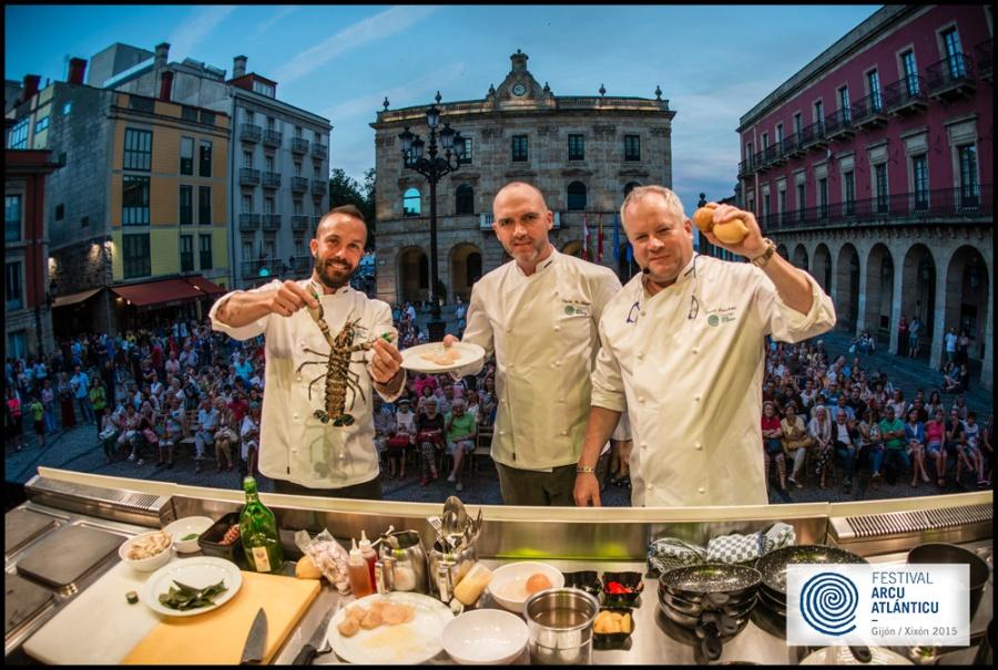Festival Arcu Atlánticu.  Iván Domínguez, Dieter Koschina y Dylan McGrath premio Sabores del Arco Atlántico y show cooking en la Plaza Mayor de Gijón - Fotografía Xurde Margaride