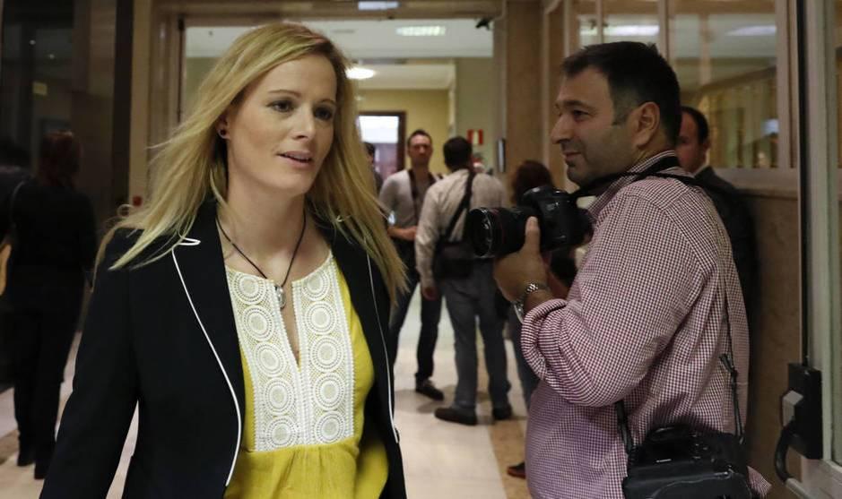 Zaida Cantera, en los pasillos del Congreso antes del debate de investidura de Mariano Rajoy, el pasado 26 de octubre. (EFE)