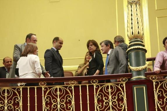 El senador del PP y ex presidente riojano, Pedro Sanz, comparte sonrisas con Javier Fernández tras la investidura de Rajoy.