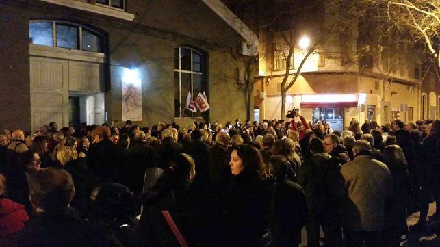 Multitud de personas se han quedado en la calle al no poder acceder a la sala al verse desbordado el aforo