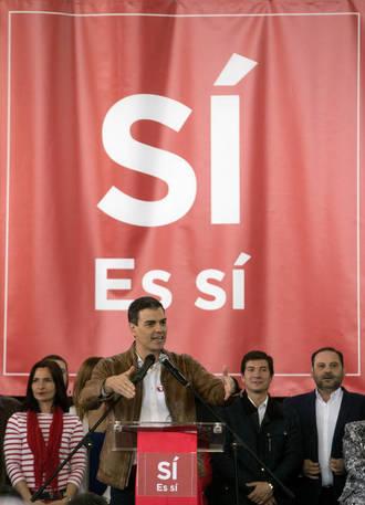 Sánchez, en el acto de Burjassot el mismo día que Díaz anunciaba su candidatura. (EFE)