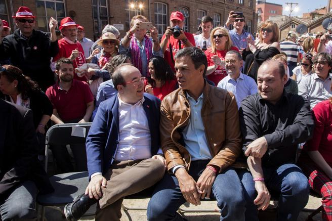 Pedro Sánchez conversa con Miquel Iceta poco antes de protagonizar hoy su primer gran acto de campaña en Catalunya