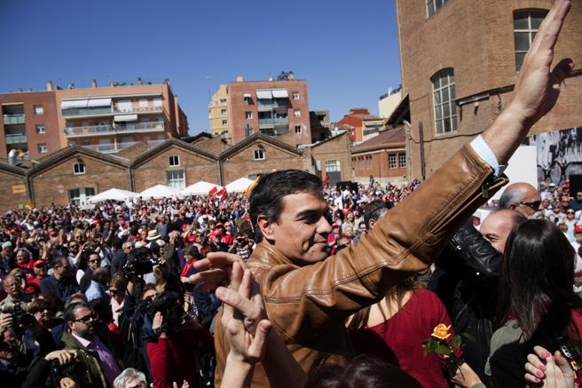 Pedro Sánchez saluda poco antes de protagonizar hoy su primer gran acto de campaña en Cataluny