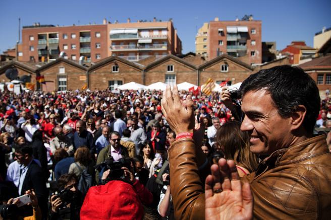 Pedro Sánchez saluda poco antes de protagonizar hoy su primer gran acto de campaña en Catalunya