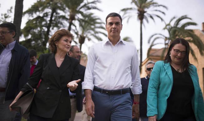 El candidato a secretario general del PSOE Pedro Sánchez junto a la exministra Carmen Calvo (i). (EFE)