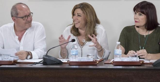 La presidenta de la Junta, Susana Díaz (c), junto a la presidenta de los socialistas andaluces, Micaela Navarro (d), y al secretario de Organización del PSOE-A, Juan Cornejo (i), en la reunión de la Comisión Ejecutiva del PSOE de Andalucía en Sevilla, don