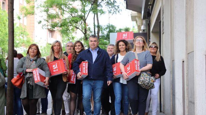 El equipo de Pedro Sánchez lleva sus avales a Ferraz