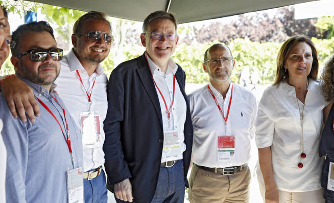 Ximo Puig posa con miembros de su delegación en la clausura del 39º Congreso, el 18 de junio. (EFE)