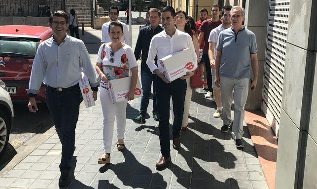 Jorge Rodríguez y el equipo de 'L'esquerra en marxa' entregan los avales a Ximo Puig