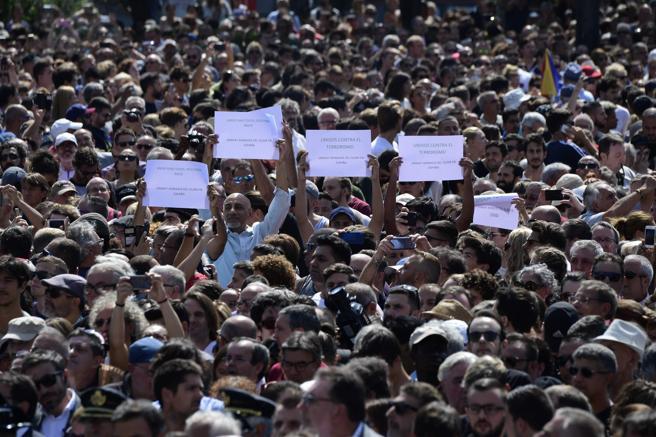 Una multitud ha expresado su repulsa al atentado de ayer