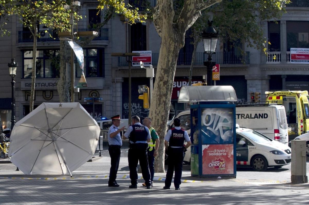 Los terroristas de Barcelona pretendían hacer estallar un camión más grande lleno de explosivos. El atentado en Las Ramblas de Barcelona se ha saldado con 14 fallecidos y más de un centenar de heridos, pero todo apunta a que podría haber sido mucho peor. El plan original, mucho más sangriento y en el que preveían cientos de víctimas, se les estropeó en la madrugada del miércoles al jueves, cuando el lugar en el que guardaban los explosivos estalló en Alcanar (Tarragona)- El Independiente