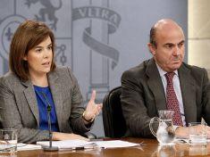 La vicepresidenta Soraya Sáenz de Santamaría y el ministro de Economía, Luis de Guindos.