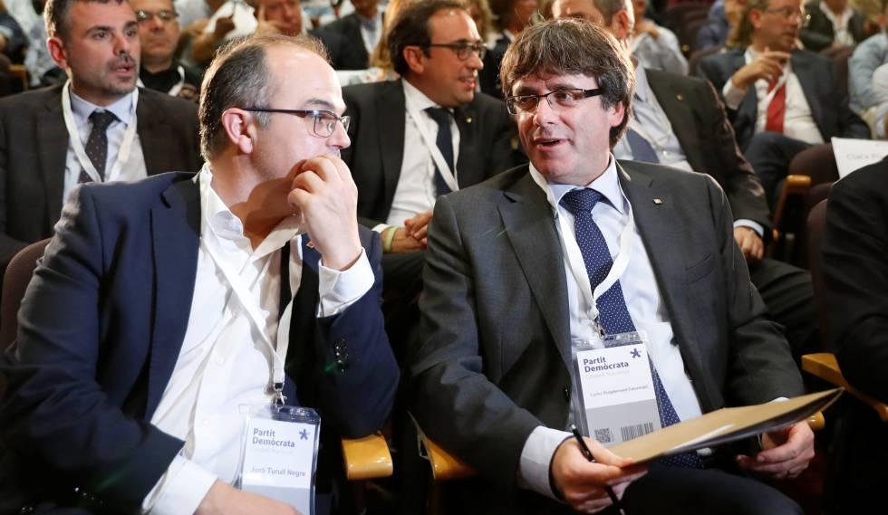 El president de la Generalitat, Carles Puigdemont junto al Consejero de la Presidencia Jordi Turull en un pleno extraordinario en Barcelona.