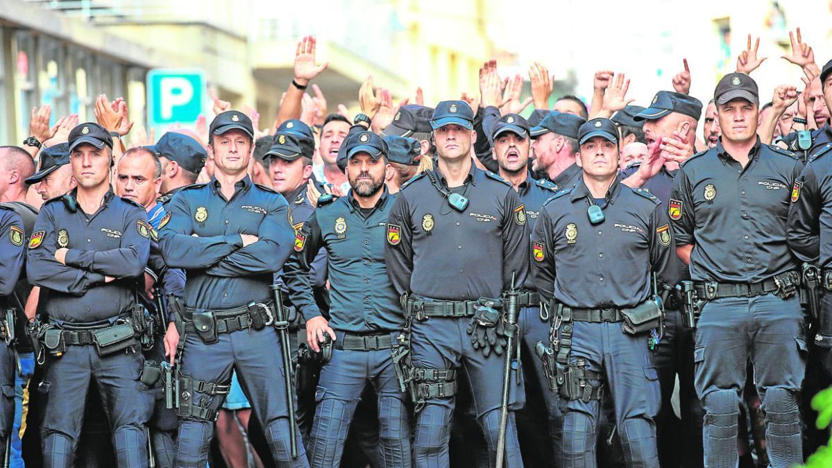Acoso a la Policía y la Guardia Civil: «Aguantaremos; hay cinco ...