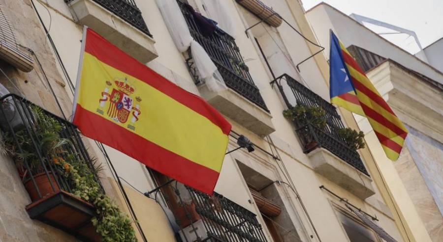 Bandera española y bandera catalana estelada independentista en un edificio de Barcelona